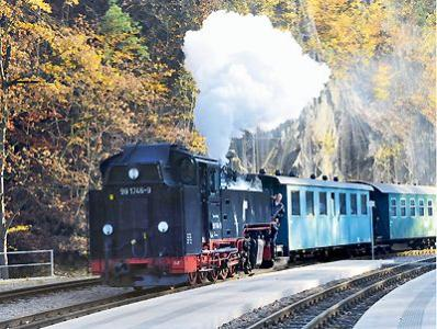 Ein Zug der Weißeritztalbahn fährt im Bahnhof Rabenauer Grund ein. Um die Kosten des Wiederaufbaus wird immer noch gerungen. Archivfoto: MKL News