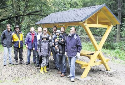 Mitglieder des Freitaler Lions Club präsentieren den neuen Rastplatz, den sie am Wochenende am Platz der alten Spechtritzmühle aufgebaut haben. Foto: Lions Club Freital