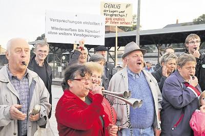 Mit Pfeifen, Tröten und Vuvuzelas wurde am Freitag in Dipps protestiert. Foto: Egbert Kamprath