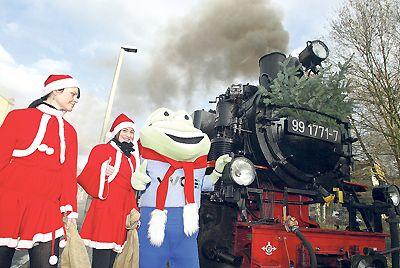 Ein Bild aus vergangenen Tagen: Das Kleinbahnfest 2009 mit VVO-Maskottchen und Weihnachtsfrauen war das vorerst letzte. Archivfoto: Thorsten Eckert