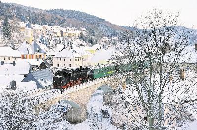 Seit über acht Jahren fuhren am ersten Adventswochenende erstmals wieder Züge der Weißeritztalbahn über den bekannten Viadukt in Schmiedeberg. Foto: Daniel Spittel