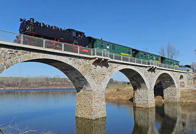 Die Weißeritztalbahn passiert die Brücke an der Talsperre Malter. Die Schmalspurbahnen in Sachsen sollen weiterhin kräftig durchs Land dampfen. Foto: dpa