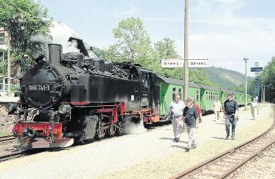Solche Bilder wünscht man sich im Osterzgebirge wieder: Ein Zug der Weißeritztalbahn startet von Kipsdorf Richtung Dippoldiswalde. Foto: E. Kamprat