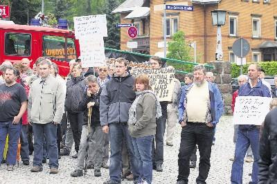 Knapp 200 Eisenbahnfreunde demonstrierten gestern vorm Bahnhof Kipsdorf für den zügigen Weiterbau der Bahnstrecke bis Kipsdorf. Foto: Peter Kuner